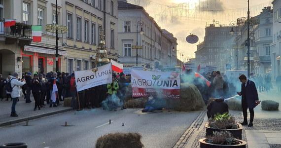 Rolnicy zrzeszeni w ruchu AGROunia protestują przed siedzibą Polskiego Związku Łowieckiego w Warszawie. Ulica Nowy Świat jest całkowicie nieprzejezdna. Policjanci siłą usunęli demonstrujących rolników.