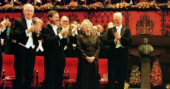 """10 grudnia 1996 roku to był wtorek, podobnie jak w tym roku. Wisława Szymborska pojawiła się w Sztokholmie kilka dni przed noblowską ceremonią. """"Greta Garbo poezji"""" - pisały o niej wtedy szwedzkie media. """"Wiśce się ten Nobel po prostu należał"""" - komentował Stanisław Lem. A ona opowiedziała królowi, obok którego siedziała na bankiecie, dowcip o Szkocie w podróży poślubnej."""
