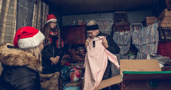 Przez te dwa dni w Polsce działy się prawdziwe cuda. Wolontariusze Szlachetnej Paczki w sobotę i niedzielę 7-8 grudnia ponownie zapukali do tysięcy domów w całej Polsce, by przekazać dedykowaną pomoc najbardziej potrzebującym i wnieść w ich życie nadzieję na zmianę. W tym roku Paczka dzięki szlachetnym sercom darczyńców pomogła 14 562 rodzinom z najdalszych zakątków kraju. Łączna wartość przekazanej pomocy przekroczyła 45 mln zł, dokładnie wyniosła 45 860 684. Pełne wyniki 19. edycji Szlachetnej Paczki poznamy już w środę o godzinie 10.30 podczas konferencji prasowej Stowarzyszenia Wiosna, organizatora programu.