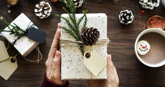 """Rozbrzmiewająca w radiu piosenka """"Last Christmas"""" to znak, że święta coraz bliżej. To także czas, by zastanowić się, jakie prezenty pod choinkę kupić bliskim. Najlepsze są podarunki praktyczne, dopasowane do stylu życia i gustu danej osoby. Nic nie przychodzi Ci do głowy? W takim razie koniecznie sprawdź zestawienie pięciu pomysłów na prezenty dla niej i dla niego."""