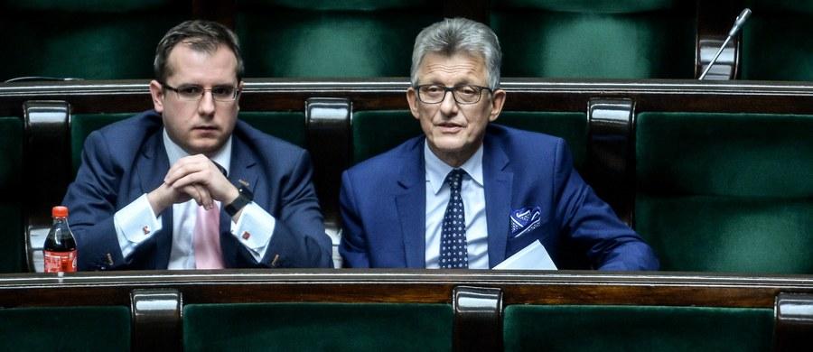 Prokuratura skierowała do marszałka Sejmu wniosek o uchylenie immunitetu posłowi Prawa i Sprawiedliwości Przemysławowi Czarneckiemu - informuje Onet. To efekt awantury w jego domu, do której doszło nad ranem 1 stycznia 2019 r.