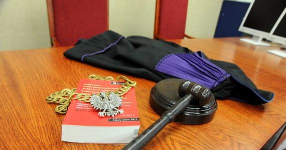 Będzie kolejna nowelizacja ustaw o sądach powszechnych i Sądzie Najwyższym - dowiedział się reporter RMF FM Patryk Michalski. Prawo i Sprawiedliwość przygotowało zmiany dyscyplinujące sędziów w związku z niedawnym wyrokiem Trybunału Sprawiedliwości Unii Europejskiej. Tylko w RMF FM publikujemy założenia gotowego już projektu. Sędziom sądów powszechnych będzie groziło przeniesienie do innego miejsca pracy albo usunięcie z zawodu. Do katalogu kar wprowadzona zostanie również kara pieniężna w wysokości miesięcznego wynagrodzenia z dodatkami.
