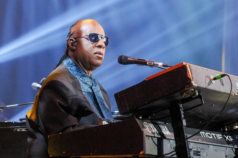 Amerykański piosenkarz Lionel Richie twierdzi, że jego przyjaciel Stevie Wonder nie jest całkowicie niewidomy.