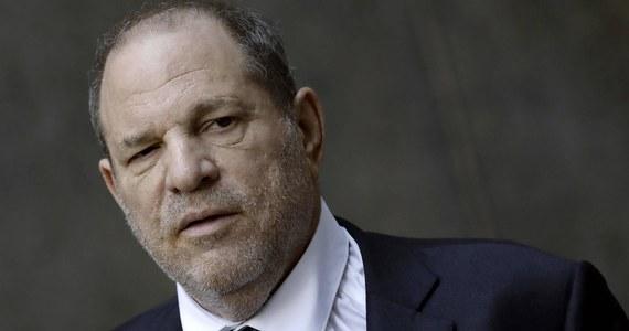 """Hollywoodzki producent Harvey Weinstein osiągnął porozumienie pozasądowe z grupą kobiet, które oskarżyły go o molestowanie seksualne. Na mocy porozumienia kobiety te otrzymają 25 mln dolarów odszkodowania – poinformował """"New York Times""""."""