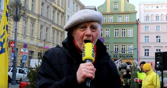 """Nasza akcja """"Choinka pod choinkę od RMF FM"""" zawitała dzisiaj do Wrocławia. Byliśmy z Wami na Placu Solnym. W Kolędowym Karaoke najbardziej się wyróżnił 86-letni pan Bogdan, który zaśpiewał """"Przybieżeli do Betlejem""""."""