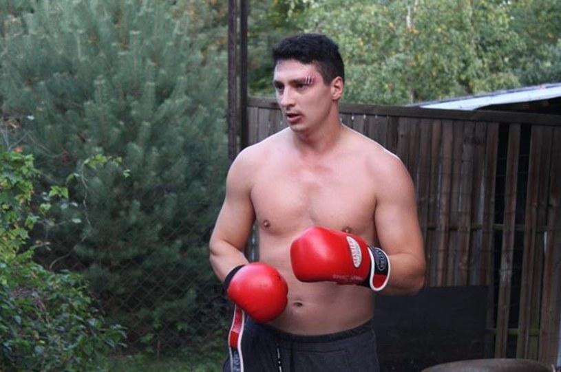"""Z ringu na wielki ekran. Łukasz Wabnic, mistrz kickboxingu, debiutuje w głównej roli w filmie """"Serce do walki""""."""