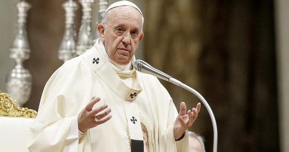 """""""Papież, ale przede wszystkim ksiądz"""" - tak o Franciszku pisze włoski dziennik katolicki """"Avvenire"""" w przypadającą w piątek 50. rocznicę jego święceń kapłańskich. Z papieżem spotkała się tego dnia żona nowego prezydenta jego ojczystej Argentyny, Fabiola Yanez."""