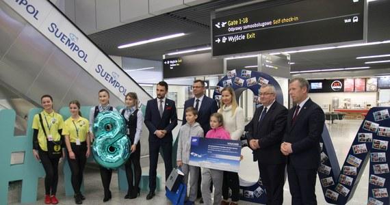 Międzynarodowy Port Lotniczy Kraków-Balice w sobotę odprawił ośmiomilionowego pasażera w ciągu roku. To 10-letni Staś, który z Miami przyleciał na święta z mamą i siostrą. Kraków-Balice to pierwsze lotnisko regionalne w Polsce, które może się poszczycić takim wynikiem.