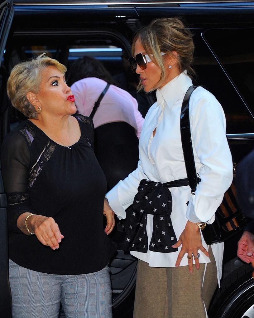 Nie tylko Jennifer Lopez na scenie jest istnym wulkanem energii. Do sieci trafiło wideo, w którym wokalistce towarzyszy jej 74-letnia mama.