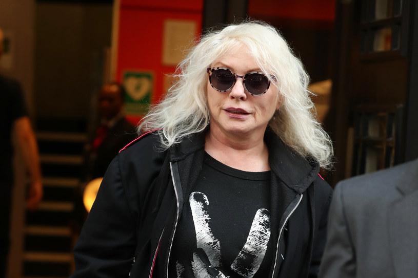 """O tym, że Debbie Harry miała w życiu mnóstwo zakrętów, wiedzą nie tylko fani zespołu Blondie. Ale w wydanej właśnie autobiografii """"Face it"""" wokalistka opowiedziała o nieznanych faktach ze swej burzliwej przeszłości. Pisze m.in. o tym, że była dzieckiem oddanym do adopcji, wspomina też swoją walkę z uzależnieniem od narkotyków."""