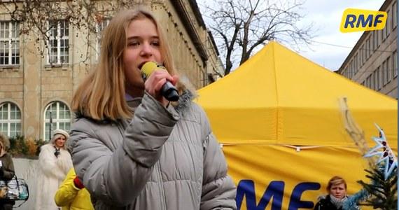 """Karolina Kosla zachwyciła swoim wykonaniem """"Cichej nocy"""" jury Kolędowego Karaoke. Wspólne śpiewanie odbywało się podczas naszej akcji """"Choinki pod choinkę od RMF FM"""" w Poznaniu."""