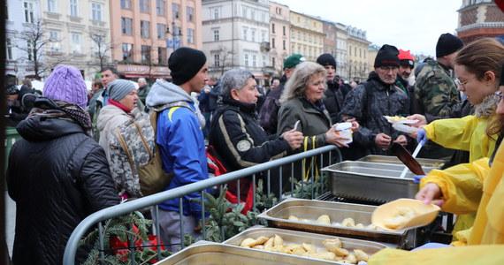 Pierwsza wigilia Jana Kościuszki odbyła się w Krakowie w 1996 roku. Rozdano wówczas 5 tys. posiłków. W niedzielę na Rynku Głównym po raz 23. odbyła się wigilia dla bezdomnych i potrzebujących - według organizatorów największa w Polsce pod gołym niebem. Po jednej stronie stołu byli ci, którzy potrzebują pomocy i na nią liczą, po drugiej ci, którzy mogą i chcą ją dać. Charytatywne przedsięwzięcie zakończyło się około 16.00. W wigilijnym menu znalazły się tradycyjne potrawy m.in. bigos, zupa grzybowa z łazankami, pierogi i smażony karp. Wydano w sumie 50 tys. porcji.