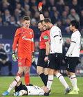 Schalke - Eintracht 1-0. Brutalny faul Alexandra Nuebela, pomylił futbol z kung-fu