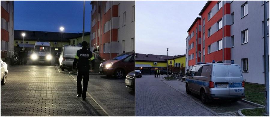 Po zabójstwie 16-letniego chłopaka w Kołobrzegu trwają poszukiwania nożownika. Ciało nastolatka znaleziono o poranku na klatce schodowej bloku. Według nieoficjalnych ustaleń reporterów RMF FM, chłopak miał kilka ran kłutych m.in. brzucha.