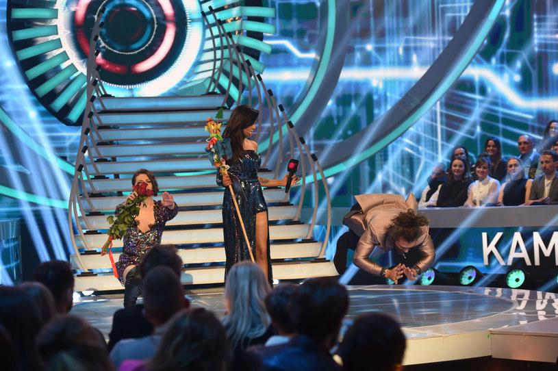 """Wielki finał drugiej edycji """"Big Brothera"""" w TVN7 zapewnił i widzom, i uczestnikom reality show ogrom emocji. Jak często bywa w przypadku programów nadawanych na żywo, trudno było uniknąć wpadek. Tych także w niedzielę, 15 grudnia, nie brakowało. Jedna z nich była wyjątkowo bolesna. Uczestniczka spadła bowiem ze sceny. Czy nic jej się nie stało?"""