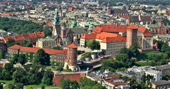 Od dziś obowiązują w Krakowie nowe, wyższe stawki za parkowanie. Kierowcy muszą zapłacić 6, 5 lub 4 zł za godzinę, w zależności od strefy, w której zostawiają samochód. Opłaty będą pobierane od poniedziałku do soboty, od godziny 10:00 do 20:00.