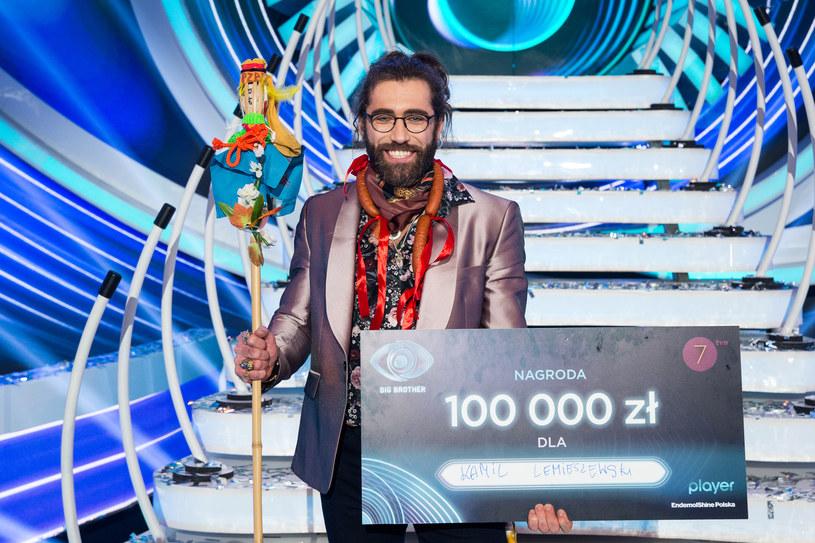"""Kamil Lemieszewski wygrał drugą edycję """"Big Brothera"""" w TVN7. W poniedziałek rano zwycięzca reality show gościł w programie śniadaniowym """"Dzień dobry TVN"""". Tam zdradził, co zrobi z wygranymi pieniędzmi. Jego odpowiedź była dość przewrotna."""