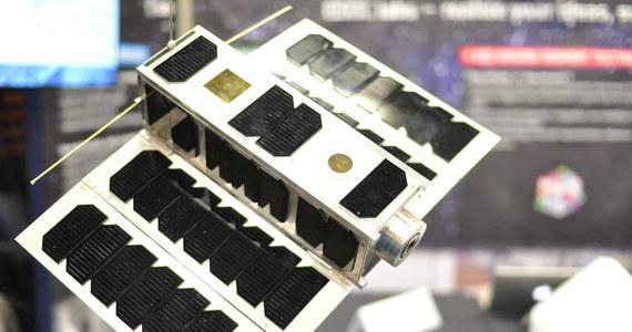 Z europejskiej bazy kosmicznej w Gujanie Francuskiej ma wystartować w kosmos eksperymentalny satelita technologiczny OPS-SAT. Będzie to pierwszy przypadek, kiedy na orbicie podejmie pracę satelita Europejskiej Agencji Kosmicznej (ESA), wyposażony w zaprojektowane i wykonane w Polsce oprogramowanie pokładowe. Specjaliści warszawskiej firmy GMV przygotowali także dla OPS-SAT szereg systemów. Zbudowany z trzech jednostek typu CubeSat satelita trafi na orbitę na pokładzie rakiety Soyuz-Fregat przy okazji startu satelity Cheops (Characterising Exoplanet Satellite), pierwszej misji ESA, której celem będzie badanie planet pozasłonecznych. Start był planowany dziś, któtko przed 10 rano polskiego czasu, został jednak opóźniony.  Na razie ESA nie poinformowała jeszcze o kolejnym terminie.