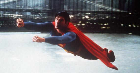 """Za blisko 200 tys. dolarów sprzedano w poniedziałek na aukcji w Beverly Hills pelerynę z pierwszego filmu o Supermanie z 1978 roku. Nabywców znalazły też stroje z planu serialu """"Star Trek: Stacja kosmiczna"""" z lat 90. oraz """"Pogromców duchów II"""" z 1989 roku."""