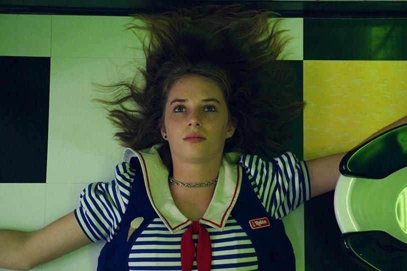 """Opinia o tym, że nagrywany właśnie nowy sezon """"Stranger Things"""" będzie lepszy niż sezony poprzednie, jest bardzo popularna wśród aktorów grających w tym serialu. Podobne zdanie wygłosiła właśnie córka Umy Thurman i Ethana Hawke'a, która dołączyła do ekipy serialu w trzecim sezonie. Maya Hawke twierdzi, że to spowodowana pandemią przerwa w produkcji serialu sprawiła, że będzie on lepszy od pozostałych."""