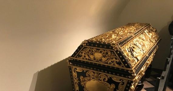 Bogato zdobione sarkofagi króla Władysława IV Wazy i jego żony Cecylii Renaty wróciły do krypty na Wawelu. Przez ostatnie dziewięć miesięcy poddawane były konserwacji.