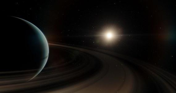 Odkryta przez polskich astronomów planeta nosiła będzie nazwę Pirx, a gwiazda, wokół której Pirx krąży, nazwana zostanie Solaris. Taką decyzję ogłosiła oficjalnie Międzynarodowa Unia Astronomiczna, która zorganizowała konkurs na obie nazwy. Co ciekawe, najwięcej głosów internautów zdobyły nazwy nawiązujące do słynnej sagi Andrzeja Sapkowskiego o wiedźminie: Geralt i Ciri - zostały jednak przez Unię odrzucone.
