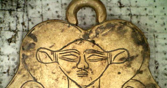 Archeolodzy odkryli w Grecji dwa grobowce sprzed 3000 lat. Ich ściany były pokryte złotymi płytkami. W środku znaleziono między innymi egipski amulet i złoty pierścień.