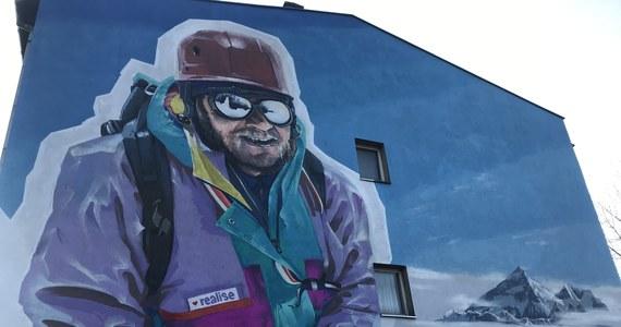 Jerzy Kukuczka symbolicznie wraca do swoich rodzinnych Bogucic. To w tej dzielnicy Katowic urodził się, wychował i żył ten wybitny himalaista. Dziś na ścianie jednej z kamienic odsłonięto mural z jego podobizną.