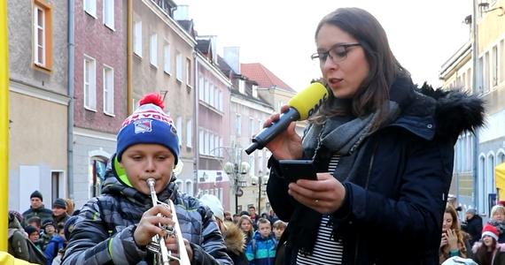 """Nasz choinkowy konwój gościł w środę w Olsztynie. Tradycyjnie zachęcaliśmy Was do udziału w świątecznym karaoke. Jury wyróżniło Filipa Minkiewicza i Paulę Kalczuk za wykonanie kolędy """"Pójdźmy wszyscy do stajenki""""."""
