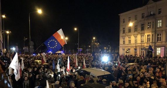 """Protesty w wielu miastach Polski: demonstranci, którzy zgromadzili się przed gmachami sądów, a w Warszawie przed Sejmem, sprzeciwiali się dyscyplinującemu sędziów projektowi nowelizacji ustaw sądowych. """"To jest jak zły sen, my chcemy się jak najszybciej obudzić"""" - mówili protestujący żądający wycofania się Prawa i Sprawiedliwości z projektu."""