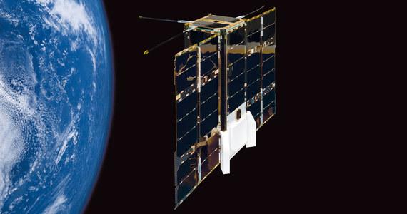 Z europejskiej bazy kosmicznej w Gujanie Francuskiej, na pokładzie rakiety rakiety Soyuz-Fregat wystartował dziś w kosmos zestaw satelitów komercyjnych i badawczych. Wśród nich jest eksperymentalny satelita technologiczny OPS-SAT. To pierwszy przypadek satelity Europejskiej Agencji Kosmicznej (ESA), wyposażonego w zaprojektowane i wykonane w Polsce oprogramowanie pokładowe, dzieło specjalistów warszawskiej firmy GMV. Sonda ma też koder i dekoder telemetrii opracowany wspólnie przez Centrum Badań Kosmicznych Polskiej Akademii Nauk i firmę Creotech. Wraz z OPS-SAT w misję na orbitę wyruszyły też znacznie potężniejsze satelity, między innymi Cheops - do badań planet pozasłonecznych oraz jako główny ładunek - włoski satelita radarowego systemu obserwacyjnego COSMO-SkyMed drugiej generacji.