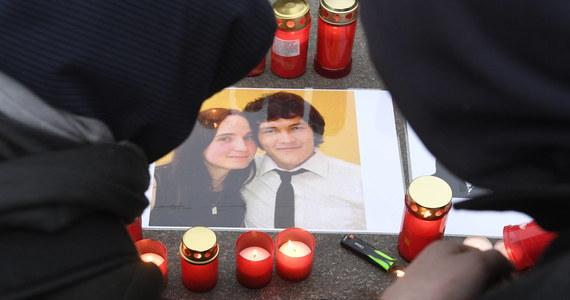 Przed wyspecjalizowanym sądem w Pezinku koło Bratysławy rozpoczął się w czwartek proces w sprawie zabójstwa dziennikarza śledczego Jana Kuciaka i jego narzeczonej Martiny Kusznirovej. Na ławie oskarżonych zasiadają cztery osoby.