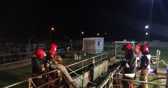 Do czwartej nad ranem trwała akcja strażaków w Miejskiej Oczyszczalni Ścieków w Olsztynie. Do zbiorników dostała się substancja ropopochodna. Do wycieku do rzeki Łyny na szczęście nie doszło. Sprawą zajmuje się już policja.
