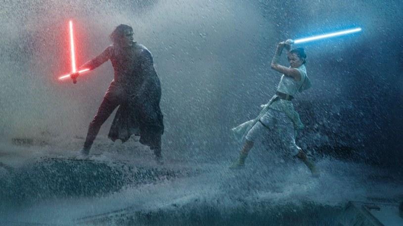 """Starglow Sabel jest wyjątkowo realistyczną repliką miecza świetlnego, jakim posługują się filmowi rycerze Jedi. W nowatorski sposób imituje efekt działania tej broni. Co więcej, sama może być bronią, bo """"naładowana energią"""" klinga to wąski, skupiony słup prawdziwego ognia."""