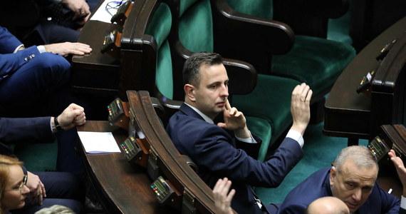 """Opozycja przez własne zaniedbanie przegrała ważne głosowanie. Tylko dziesięciu głosów zabrakło do odsunięcia w czasie prac nad tak zwaną """"ustawą kagańcową"""", która ma dyscyplinować sędziów. Podczas dzisiejszego głosowania na sejmowej sali zabrakło 26 posłów opozycji. Jak poinformował Borys Budka, posłowie PO nieobecni podczas głosowania zapłacą kary."""