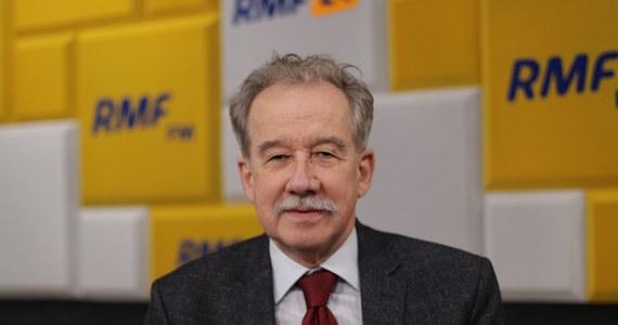 """""""Byłem wczoraj przed Sejmem, ludzie przyszli, bo wiedzą, co im grozi. To nie była manifestacja organizowana przez opozycję, nie utożsamiam KOD z opozycją, to osoby, które bronią demokracji"""" - tak Wojciech Hermeliński mówił w Popołudniowej rozmowie w RMF FM o wczorajszych protestach w obronie sądów. Zdaniem sędziego Trybunału Konstytucyjnego w stanie spoczynku i byłego szefa PKW nie był to wiec polityczny. """"To jest prawo sędziego protestować w sposób właściwy, nie na wiecu politycznym, w sposób wyważony, odpowiednimi słowami, nie nawołując do rewolucji, czy do obalenia władzy. Był to sprzeciw przeciwko istocie projektu, który jest kagańcowym projektem"""" - podkreślał gość Marcina Zaborskiego."""