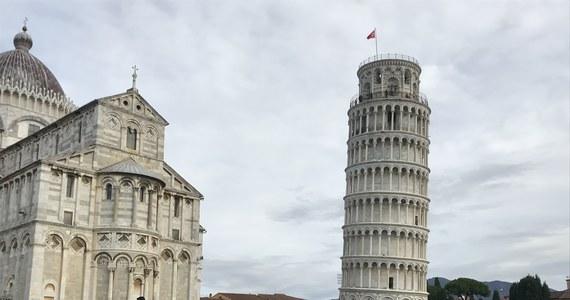 Po ośmiu wiekach we Włoszech rozwiązana została zagadka, kto zaprojektował Krzywą Wieżę w Pizie. Badaczka z tamtejszego uniwersytetu twierdzi, że budowlę wzniósł żyjący w XII wieku rzeźbiarz i architekt Bonanno Pisano. Być może autor pozostawał anonimowy, bo jego dziełu szybko zaczęło grozić zawalenie.