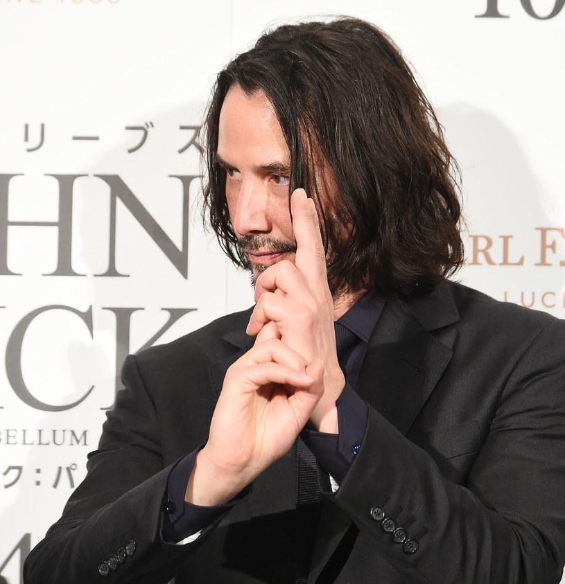 """Choć do rozpoczęcia zdjęć do obu filmów zostało jeszcze sporo czasu, Keanu Reeves nie chce zostawiać przygotowania na ostatnią chwilę. I już rozpoczął oficjalne treningi do czwartych części """"Johna Wicka"""" i """"Matriksa"""". W sieci pojawiły się zdjęcia gwiazdora z zespołem, który uczy go, jak posługiwać się bronią."""