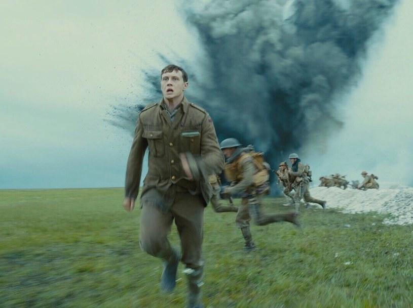 """24 stycznia 2020 roku na ekranach polskich kin zadebiutuje najnowszy film Sama Mendesa """"1917"""". Twórca takich filmów, jak """"American Beauty"""" czy dwóch odsłon przygód agenta 007 - """"Skyfall"""" i """"Spectre"""", tym razem zabiera widzów na front I wojny światowej. Właśnie pojawił się finalny zwiastun tej produkcji."""