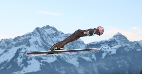 Czas na wyczekiwany Engelberg! Skoczkowie ruszają do rywalizacji w Szwajcarii, która jest dobrym miejscem na przełamywanie złej passy z początku sezonu. Biało-czerwoni podczas pierwszych czterech weekendów z Pucharem Świata nie zachwycali indywidualnie. Radość sprawili natomiast w konkursie drużynowym, kiedy tydzień temu w Klingenthal powtórzyli sukces sprzed trzech lat i wygrali drużynówkę. Dlaczego zatem w Engelbergu nie powtórzyć sukcesu sprzed roku?
