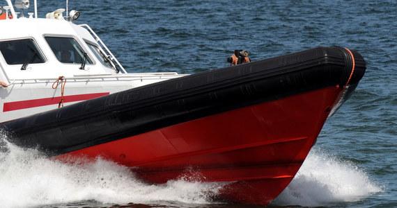 """Statek ratowniczy """"Orkan"""" wraz z holowanym uszkodzonym jachtem wędkarskim """"Hunter"""" z 14 osobami na pokładzie jest już w porcie w Ustce. Awarii uległ wał napędowy jachtu, co groziło jego zatonięciem."""