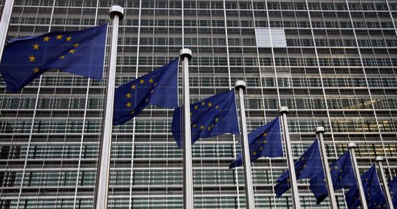 Komisja Europejska ostro reaguje na ustawę dyscyplinującą sędziów. Jak ustalili nasi dziennikarze, wysłała list do prezydenta, premiera, marszałka Sejmu i Senatu z prośbą o powstrzymanie się od dalszych prac nad kontrowersyjnymi przepisami, które według wstępnej oceny Komisji, godzą w praworządność i są sprzeczne z wartościami Unii. Wiceszefowa KE Viera Jourova chce w styczniu przyjechać do Polski - ustaliła korespondentka RMF FM w Brukseli.