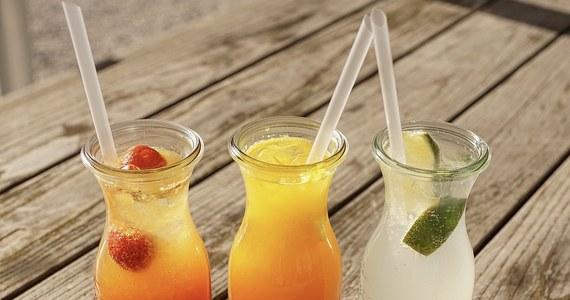 """Rząd zapowiada wyższe opodatkowanie napojów słodzonych, suplementów diety i alkoholu w małych butelkach. Ministerstwo Zdrowia przygotowało projekt ustawy o """"promocji prozdrowotnych wyborów konsumentów""""."""