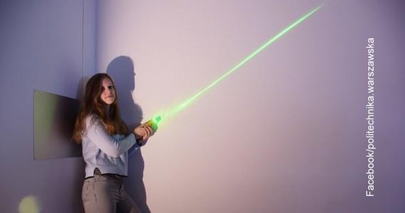 """Miecz świetlny - urządzenie, które skupia światło lasera na odcinku o długości 30-40 cm - powstał na Politechnice Warszawskiej. Wykorzystano w nim inspirowaną """"Gwiezdnymi wojnami"""" soczewkę polskiego pomysłu, którą naukowcy chcą również wykorzystać w korekcji wzroku."""