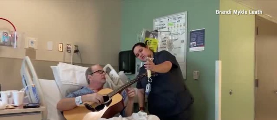 Święta to czas radości, ale też zadumy i wzruszeń. W szpitalu w USA 67-letni gitarzysta przechodzący chemioterapię wykonał świąteczny przebój wspólnie z pielęgniarką. To dowód na terapeutyczne działanie muzyki!