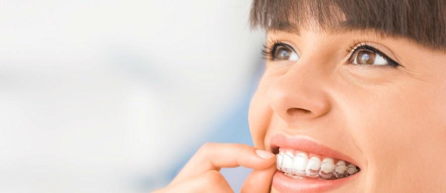 Pacjenci, zwłaszcza dorośli, oczekują, aby leczenie ortodontyczne nie tylko poprawiało estetykę ich uśmiechu, ale również samo w sobie przebiegało w sposób jak najmniej widoczny. Współczesne metody terapeutyczne i aparaty pozwalają uzyskiwać coraz lepsze efekty leczenia, ale również mogą być zdecydowanie bardziej estetyczne niż jeszcze kilkanaście lat temu. O tym jak efektownie i efektywnie poprawić wygląd swojego uśmiechu mówi dr Kamila Wasiluk, lekarz stomatolog i ortodonta.