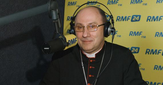 """""""Myślę, że do takiego wspólnego rozmawiania zawsze powinniśmy być gotowi, ja także"""" – tak Prymas Polski abp Wojciech Polak odpowiedział w RMF FM na pytanie, czy przedstawiciel polskiego Kościoła może włączyć się w spór dot. sądów w roli mediatora. """"Myślę, że ważniejszą rzeczą jest ochota i chęć tych, którzy stają dziś naprzeciw siebie, żeby właśnie oni szukali też tego dobra i pojednania. Żeby naprawdę w tym wzajemnym dialogu budować tę rzeczywistość, bo tak jak widzimy, jest ona naprawdę społecznie napięta. I niedobrze jest, kiedy doświadczamy tego, że stajemy bardzo mocno jedni przeciw drugim"""" – dodał hierarcha."""