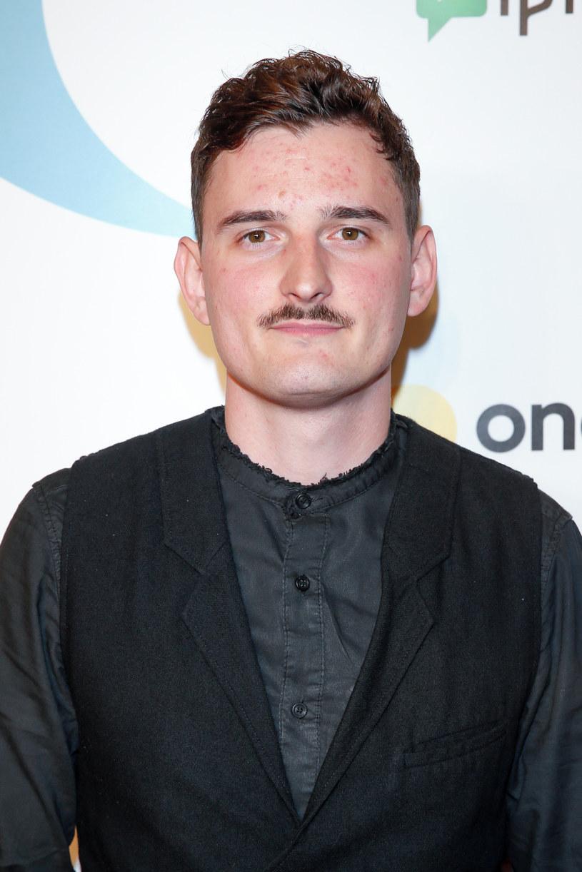 Od kilku lat Dawid Podsiadło nieodmienne wiąże się z charakterystycznym wąsikiem. Tym większe może być zaskoczenie fanów wokalisty, który na ostatnim koncercie Darii Zawiałow pokazał się z ogoloną twarzą.