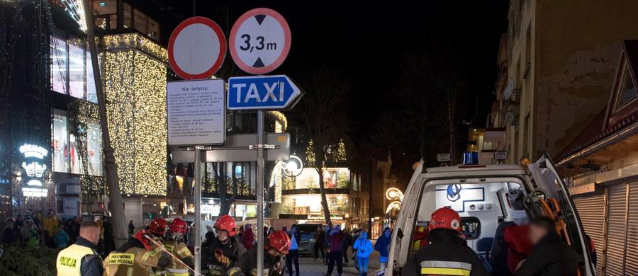 Policyjne dochodzenie wyjaśni przyczyny wieczornego wypadu na Krupówkach w Zakopanem. 20-metrowa choinka przewróciła się tam na przechodniów. Z ciężkimi obrażeniami do szpitala trafiła 60-letnia turystka z Węgier, a dwie lżej ranne osoby zostały opatrzone na miejscu.