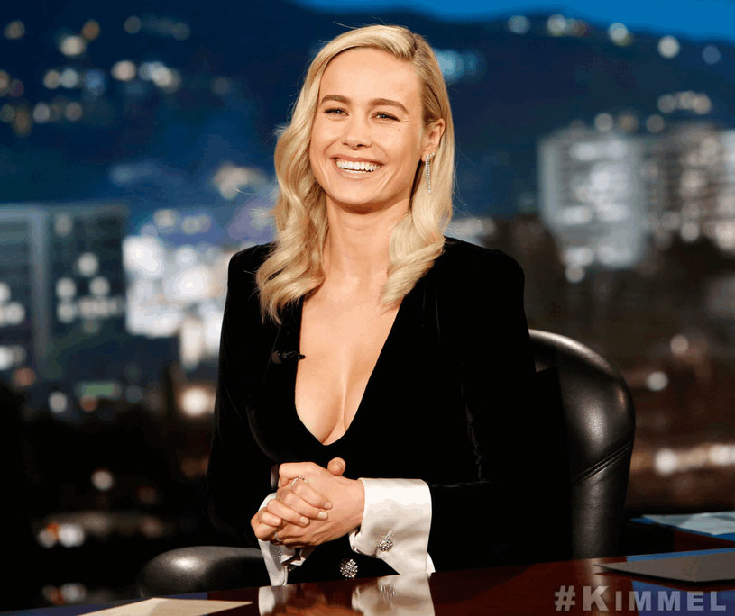 """Występ aktorki Brie Larson w rozrywkowym programie """"Jimmy Kimmmel Live"""" wywołał lawinę komentarzy w mediach społecznościowych. Niebagatelną rolę w stymulacji ruchu w """"social mediach"""" miał... głęboki dekolt laureatki Oscara."""